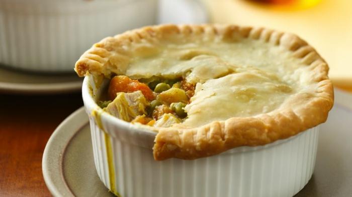 gesunde rezepte abendessen, gemüse und hähnchen pie, kohlenhydrate nur oben