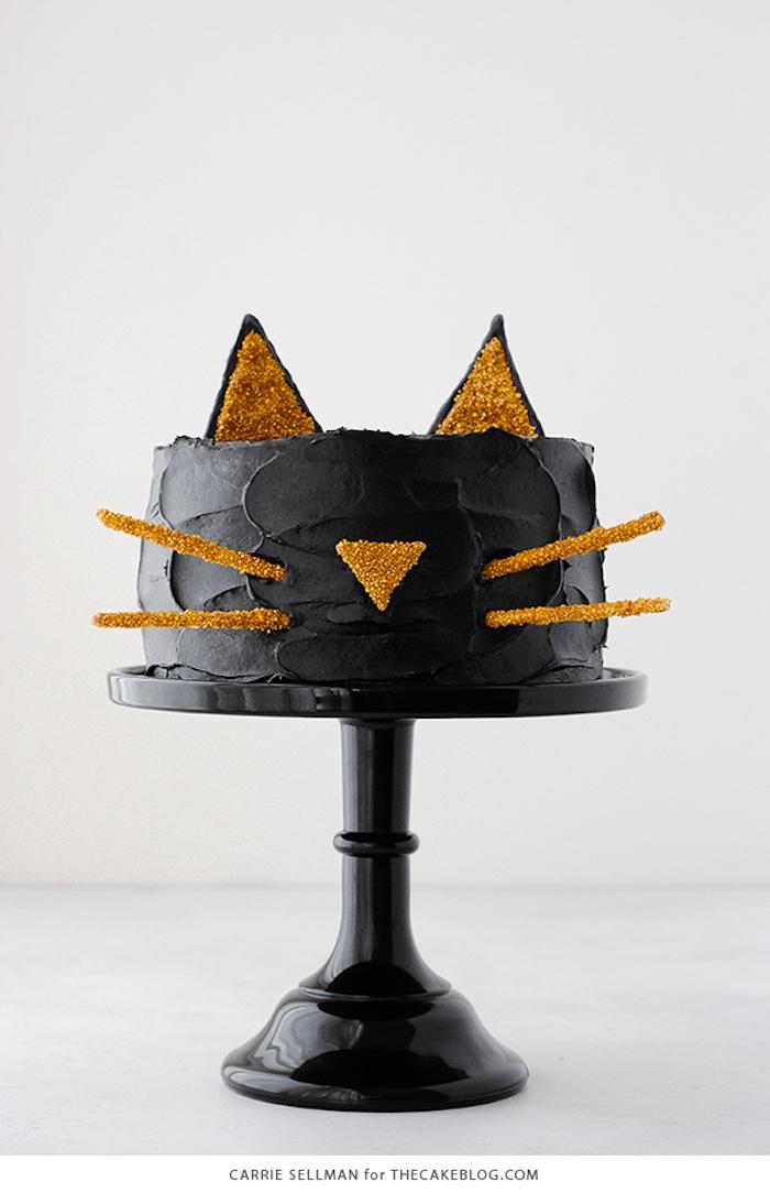 Halloween Torte, schwarze Katze mit goldenen Ohren und Nase, schwarze Buttercreme