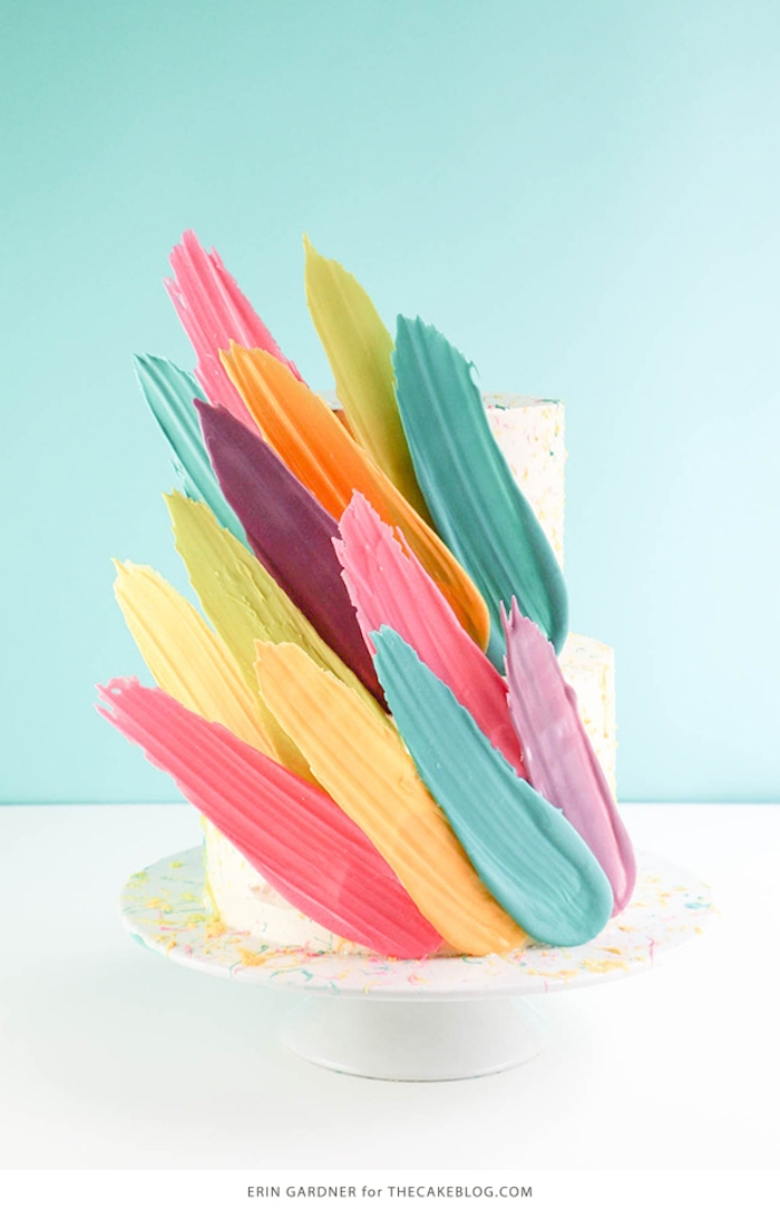 Bunte Pinselstriche aus Candy Melts an Torte befestigen, kreative Idee zum Nachmachen