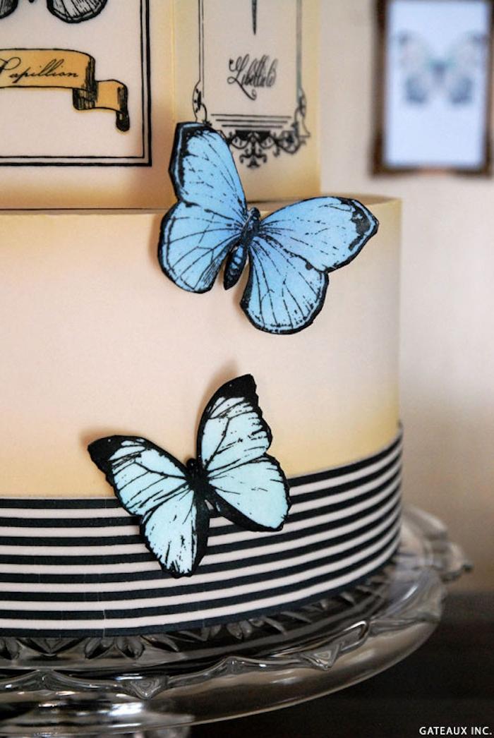 Dreistöckige Vintage Torte mit blauen Schmetterlingen, Idee für Hochzeitstorte