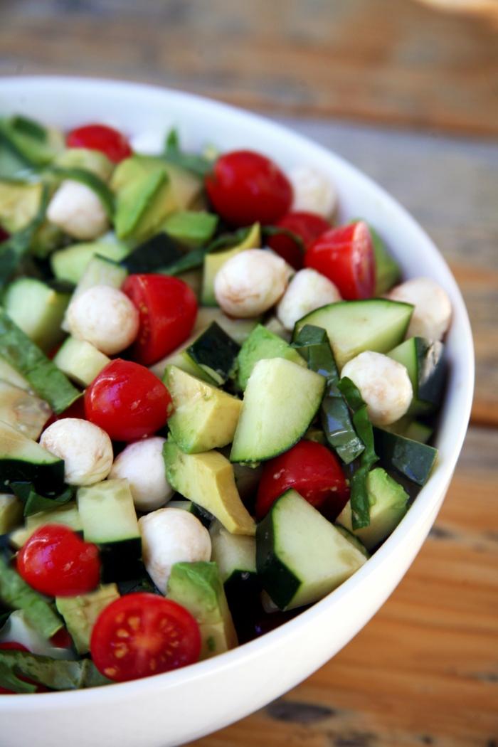 Grün aus Gurken und Avocado, Rot aus Tomaten, Weiß aus Mozarella Käse, Salat Rezepte zum Abnehmen