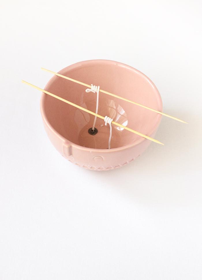 Kerzen selber machen, DIY Idee zum Muttertag, rosa Porzellanschale
