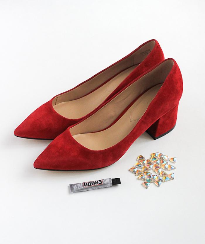 Rote schlichte Schuhe selbst verzieren, Kristalle mit Sekundenkleber befestigen