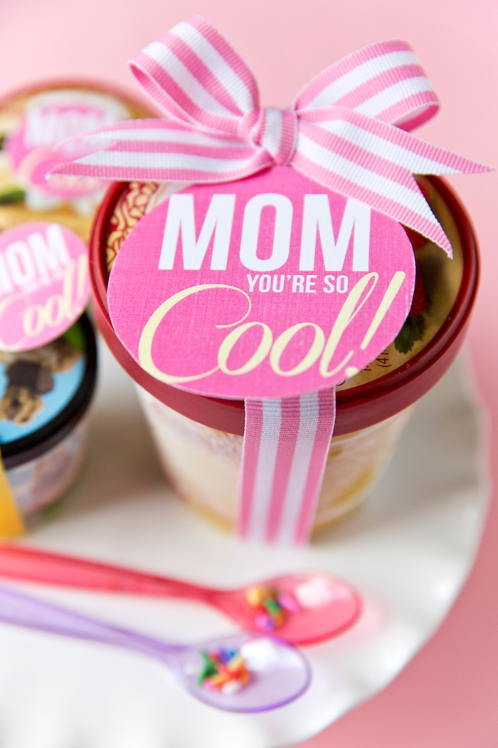 Eis mit Schleife und Aufhänger, Aufschrift Mom You're So Cool, schöne Geschenkidee zum Muttertag