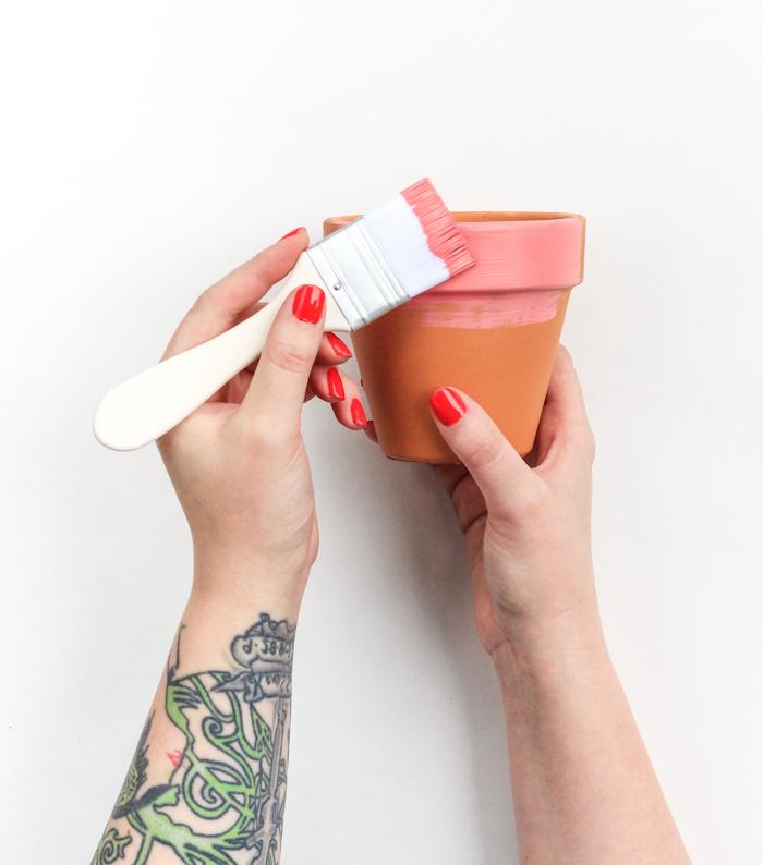 Blumentopf selbst bemalen, mit Pinsel bestreichen, Tattoos am Arm, roter Nagellack