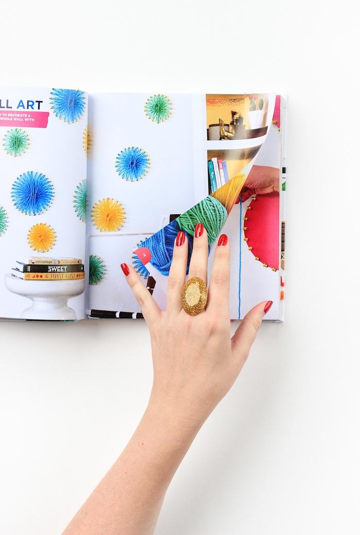 Massiver Ring mit goldenem Glitzer, Magazin durchblättern, roter Nagellack