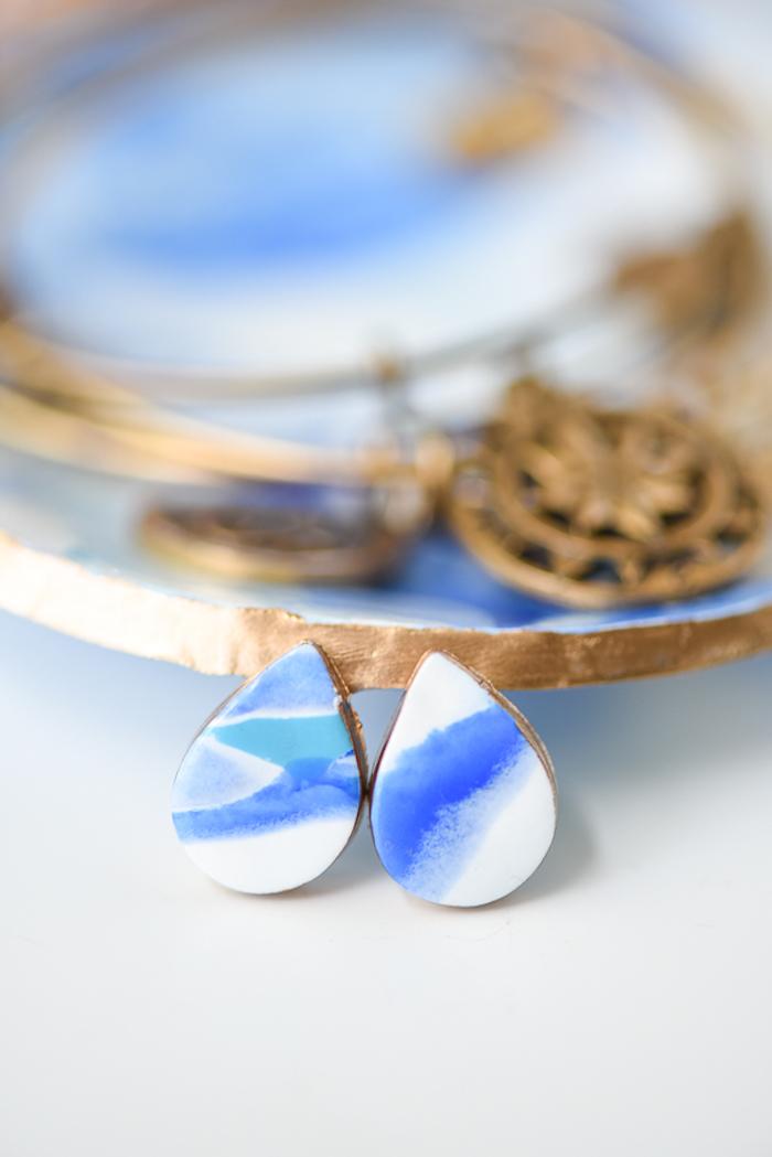 Tropfen Ohrringe aus Fimo selbstgemacht, in Blau und Weiß, schönes Geschenk zum Muttertag