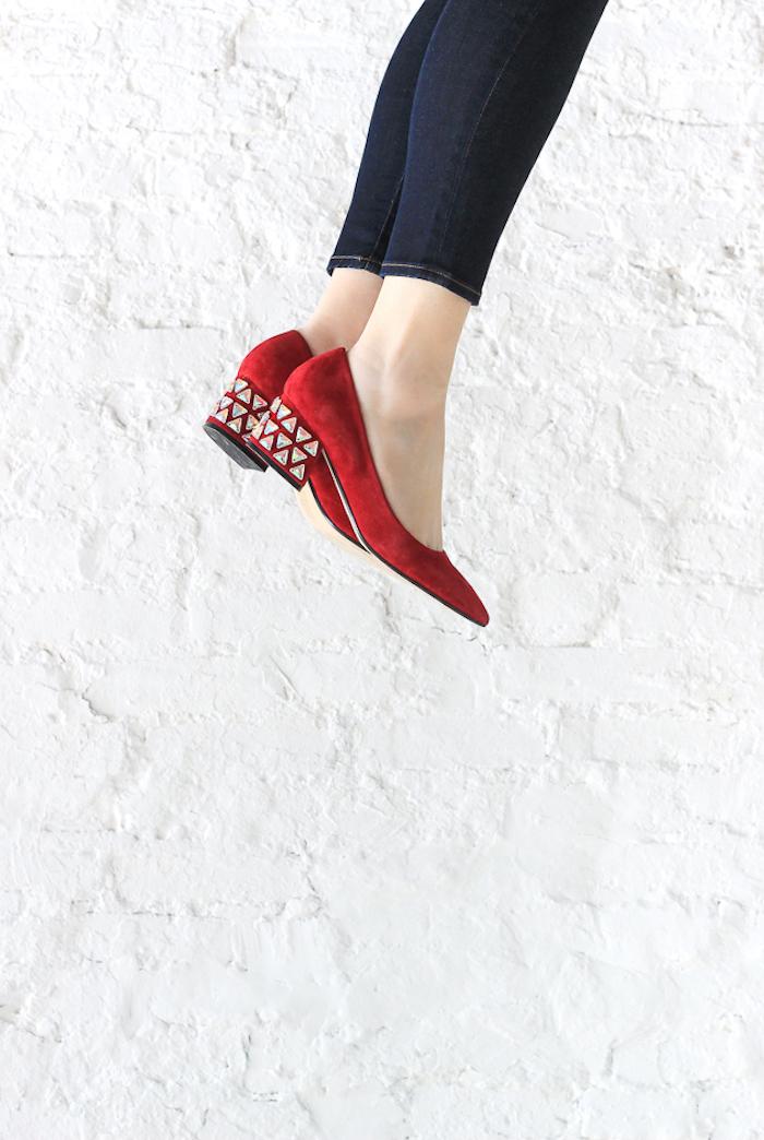 Schlichte Schuhe selbst verzieren, Absätze mit Kristallen bekleben, dunkelblaue Jeans