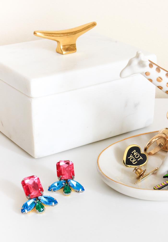 Weiße Schmuckschachtel, Ohrringe mit kristallen, Ringschale und Giraffe aus Keramik