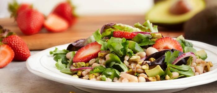 ein leckerer Salat aus Erdbeeren und Kaschunüsse, gesunde Salate