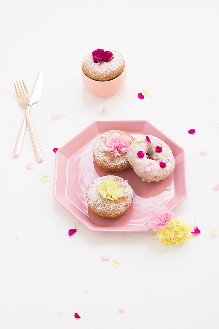 Donuts mit echten Blüten verziert, Nachtisch zum Muttertag selbst zubereiten, süße Überraschung