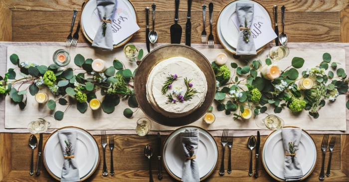 Deko für Kommunion, fünf Teller mit Servietten, eine Torte in der Mitte