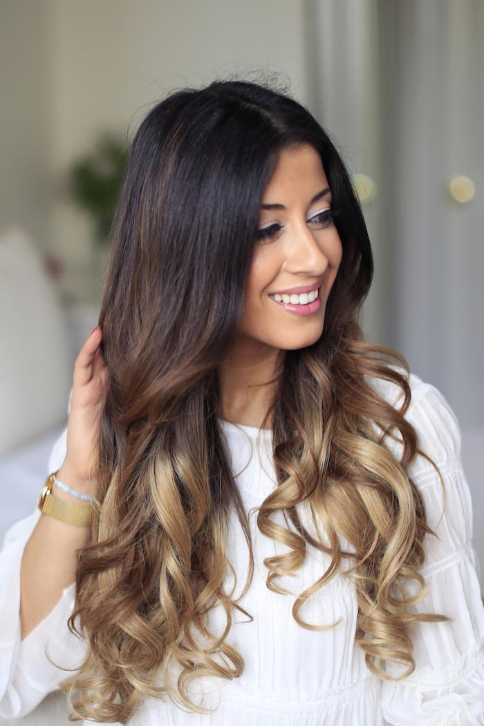 naturlocken frisuren, weiße weite bluse, braune haare mit blonden spitzen, balayage, dunkler ansatz