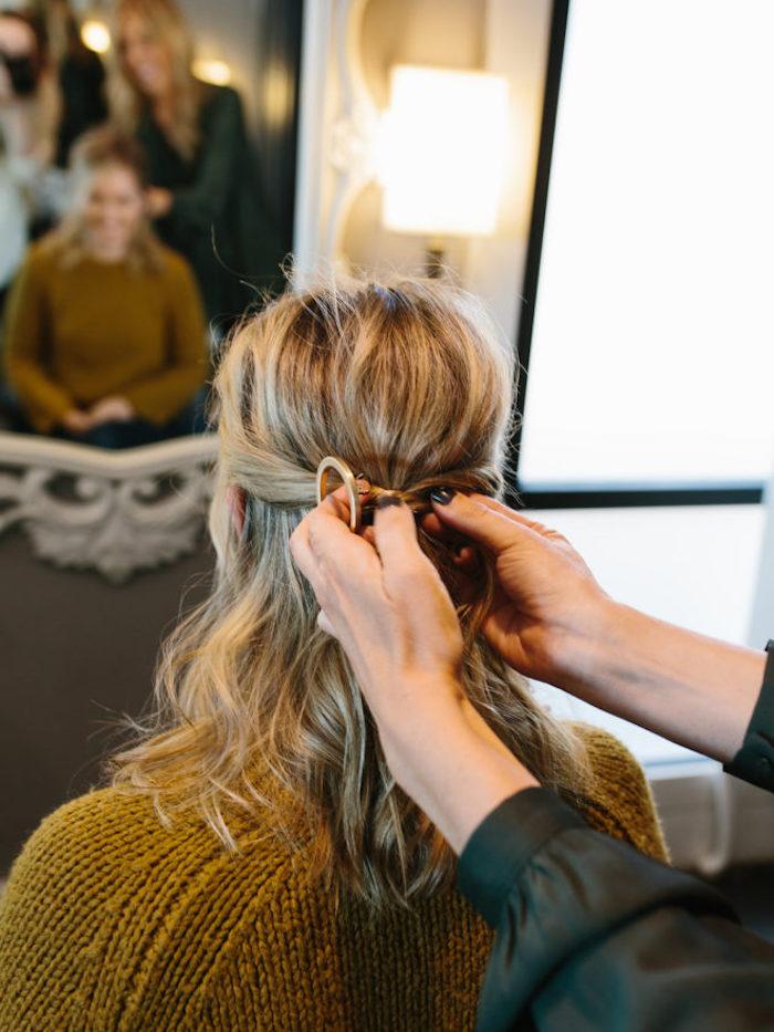 naturlocken frisuren, schulterllange honigfarbene haare, halboffene frisur selber machen