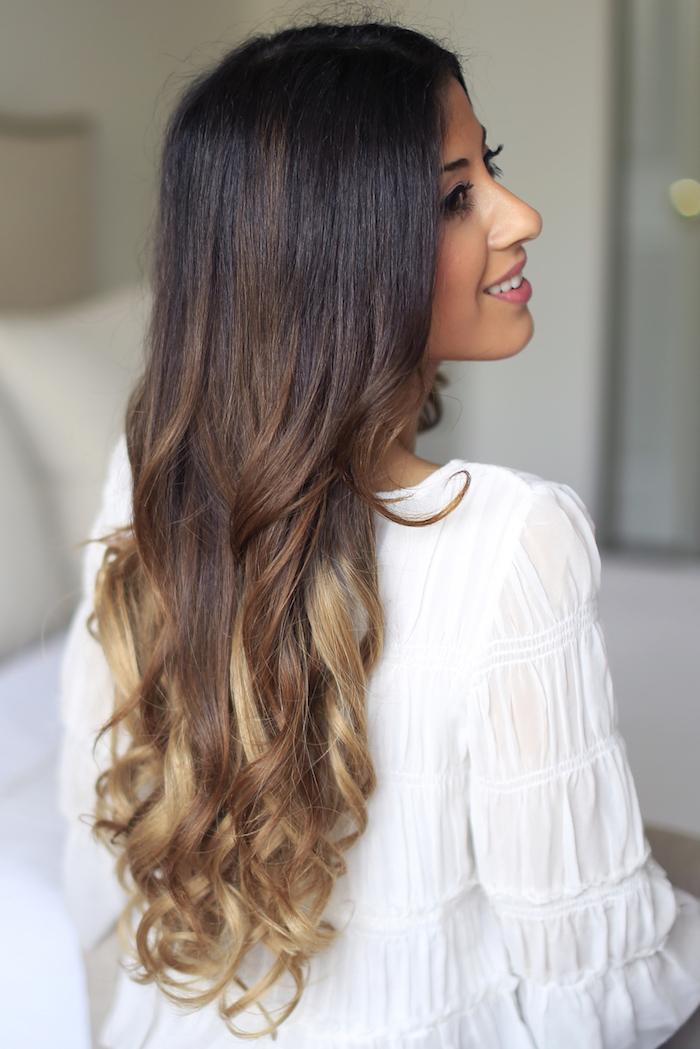 naturlocken frisuren, langhaarfrisuren, balayage, draune haare mit blonden spitzen, lockig