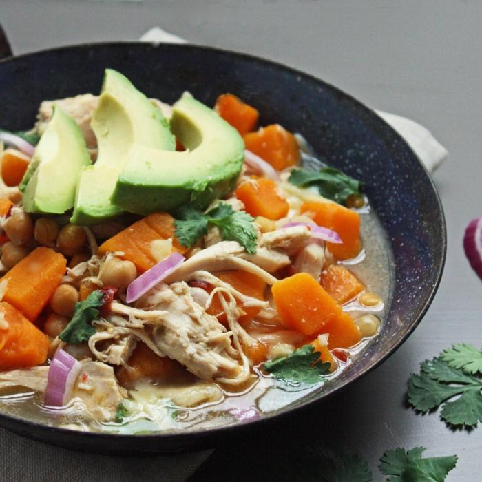 gesunde rezepte abendessen, avocado mit möhren und hähnchen, zwiebel, rezept in der pfanne zubereiten