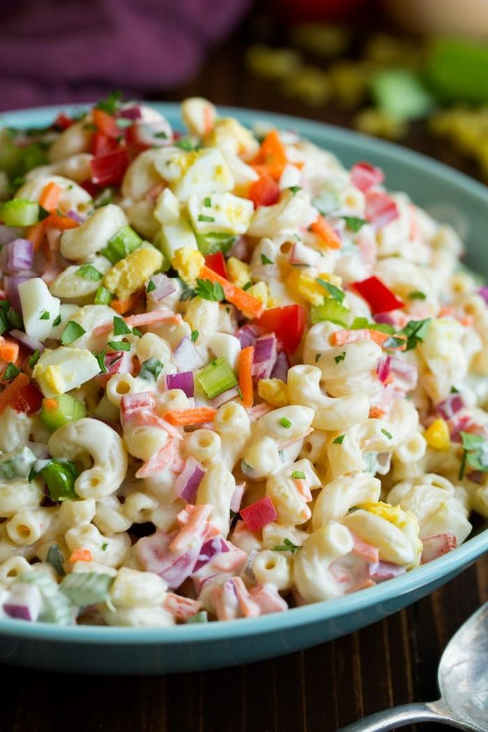 Salat Rezepte zum Abnehmen, eine bunte Mischung aus Nudeln und Gemüse