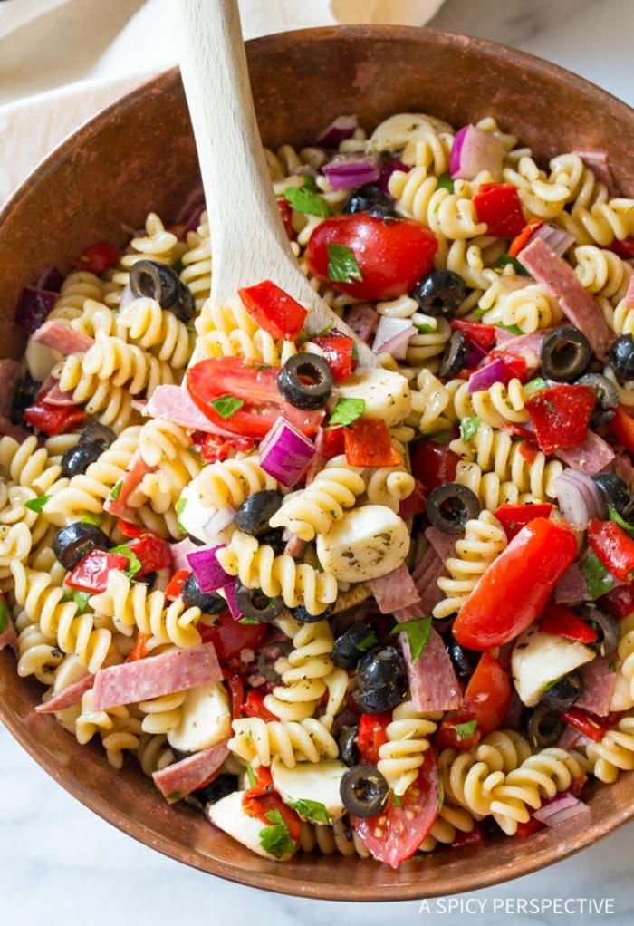 Sommersalate Rezepte, rote Kirschtomaten, Oliven, Schinken, Mozarella