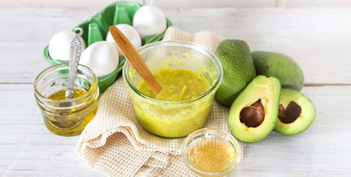 olivenöl haare, zwei avocadohälften, avocadopüree, vier eier, haarkur selber machen