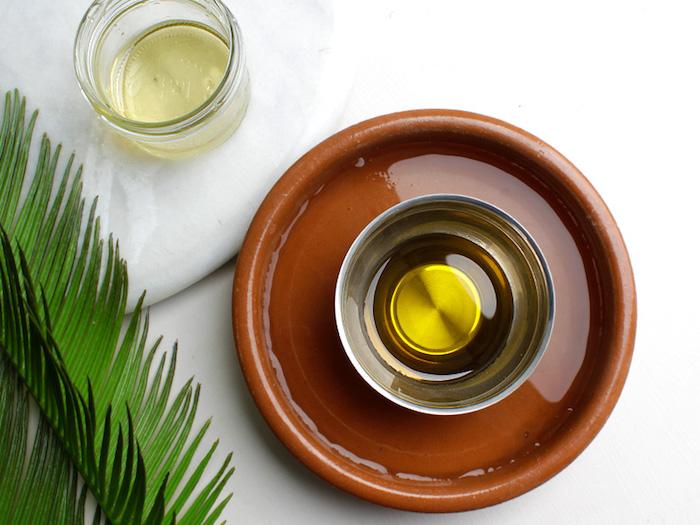 olivenöl haare pflegen, natürlichen produkten, kokosöl für haare, keramischer teller mit wasser