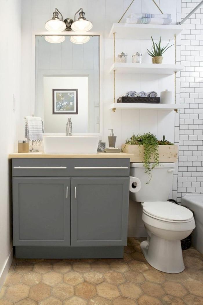 ein Spiegel und ein Regal in grauer Farbe, weiße Wände, kleine Räume geschickt einrichten