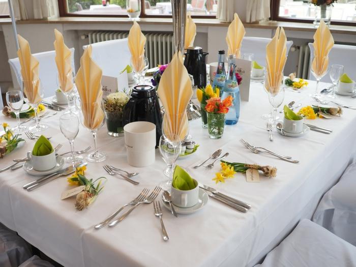 gelbe Servietten Kommunion, weiße Tischdeko, kleine Blumen als Geschenke