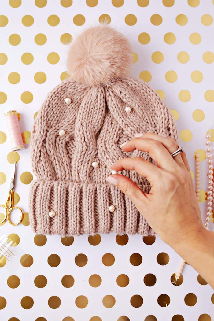 Mütze mit Perlen verzieren, Idee für DIY Geschenk für Freundin mit Anleitung