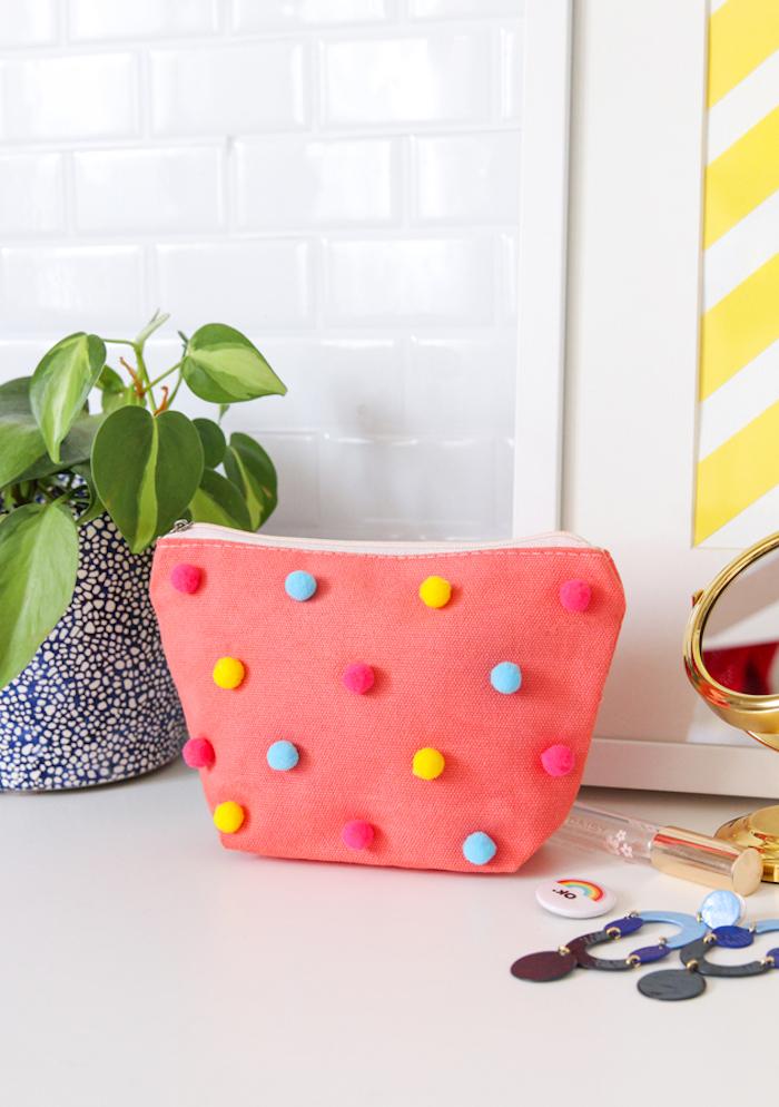 Simple Tasche selbst bemalen und bunte Pompons kleben, Idee für DIY Geschenk für Freundin