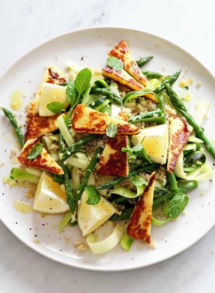Rucola als Grün, Zitronen als Gelb und grüne Akzente, Sommersalate Rezepte