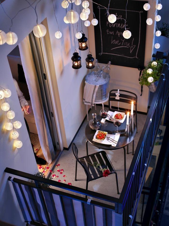 geburtstagsdeko gestalten, kleines fest für zwei in dem gaten oder auf der terrasse, romantik, wein, dezente beleuchtung