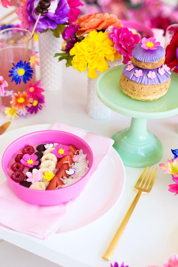 Party zum Muttertag mit vielen Blumen und Leckereien, bunte Tischdekoration
