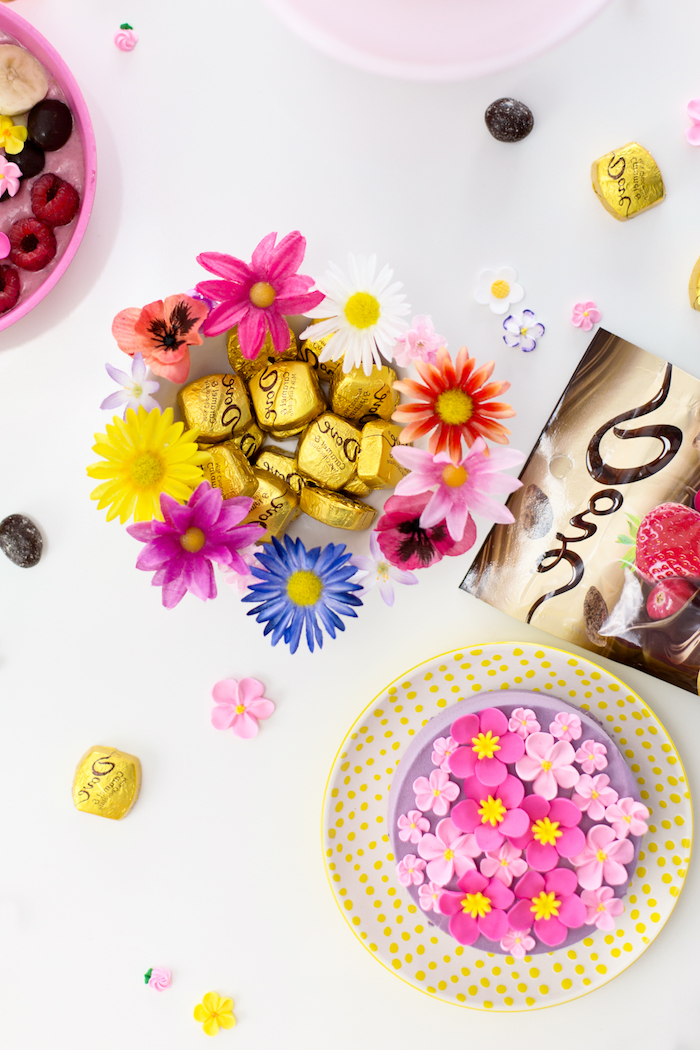 Party zum Muttertag, Tischdekoration mit vielen Blumen, Torte mit Fondant und Pralinen