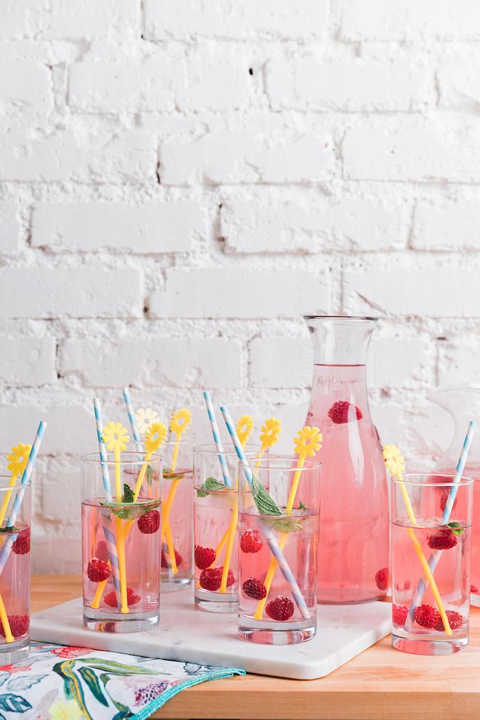 Cocktail mit Himbeeren, Party zum Muttertag organisieren, Blumen und Früchte