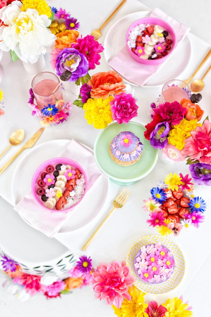 Tischdekoration mit vielen bunten Bunten, Früchte und Torten mit Fondant