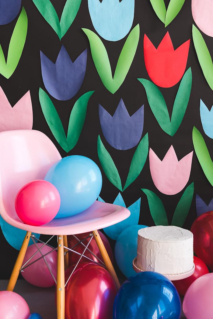 Überraschung zum Muttertag vorbereiten, Tulpen aus Papier, bunte Ballons und Torte