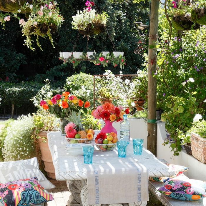 tischdeko geburtstag blumen und obst in schalen und vasen, deko auf dem tisch, weiße decke bunte deko