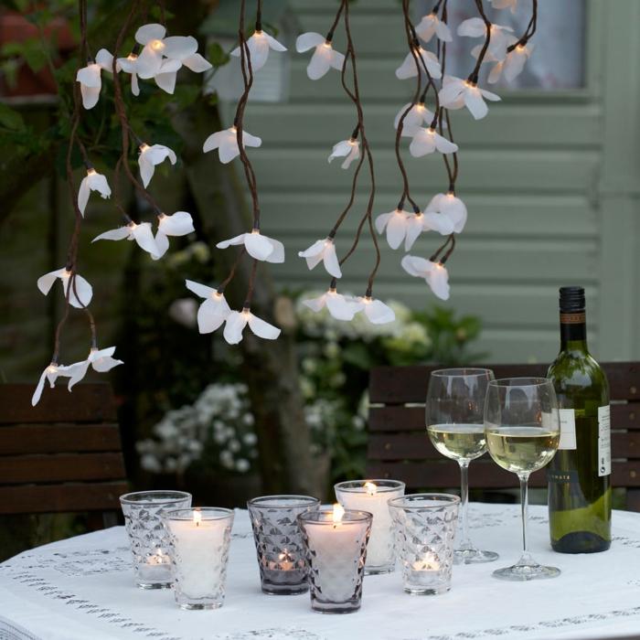 schöne kleine leuchten aus papier, kerzen, elegante dekorationen in weiß, einfach schnell und stilvolle, tischdeko geburtstag