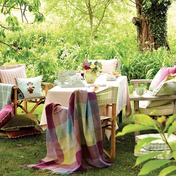 teeparty, tischdeko geburtstag pastellfarben bei der einrichtung und deko des gartens, bunte decke für die kalten tagen
