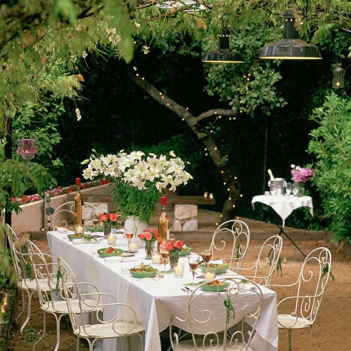 geburtstagsdeko ideen, elegante gartengestaltung für angenehme feier mit der familie, weiße blumen, großen blumenstrauß auf dem tisch