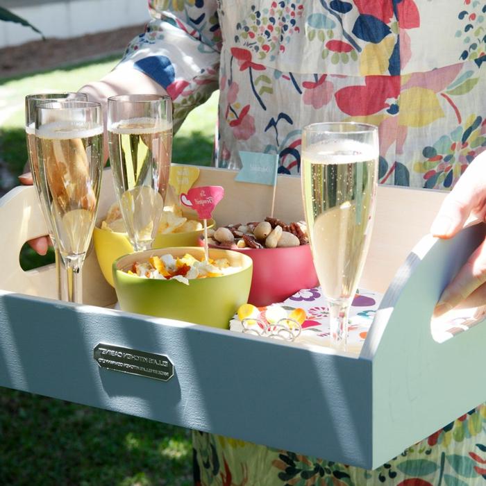 geburtstagsdeko für kinder und erwachsene, kleine pralinen, champagner, bunte klamotten, frohe laune