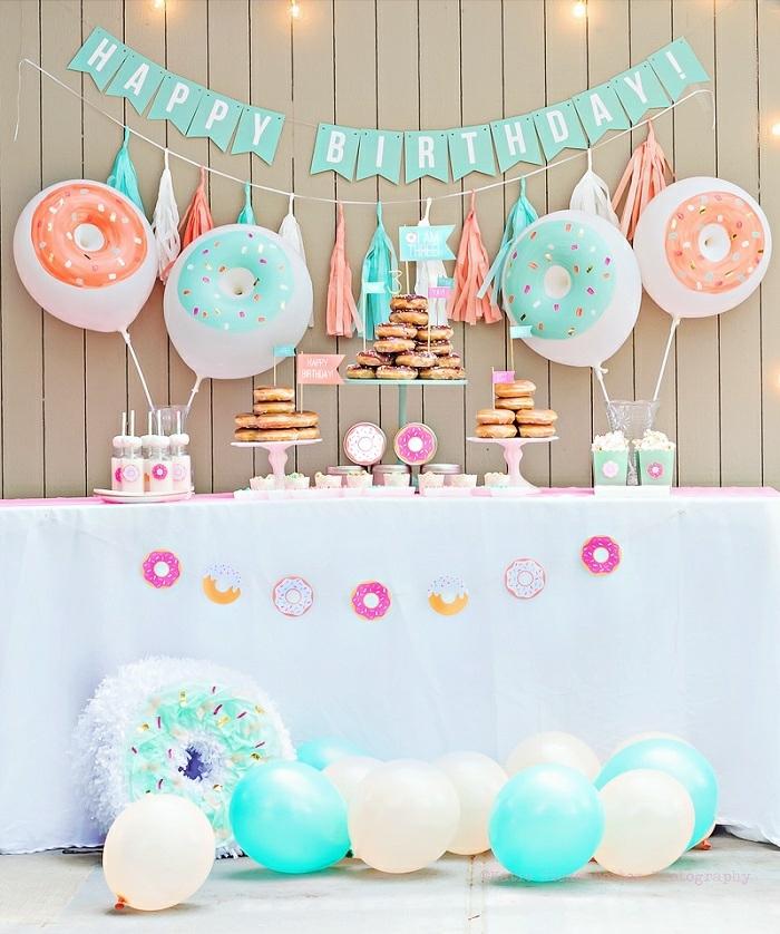 18 geburtstag deko mit einer aufschrift an der zaun alles gute zum geburtstag, donuts party ideen, süße party, rosa und blau