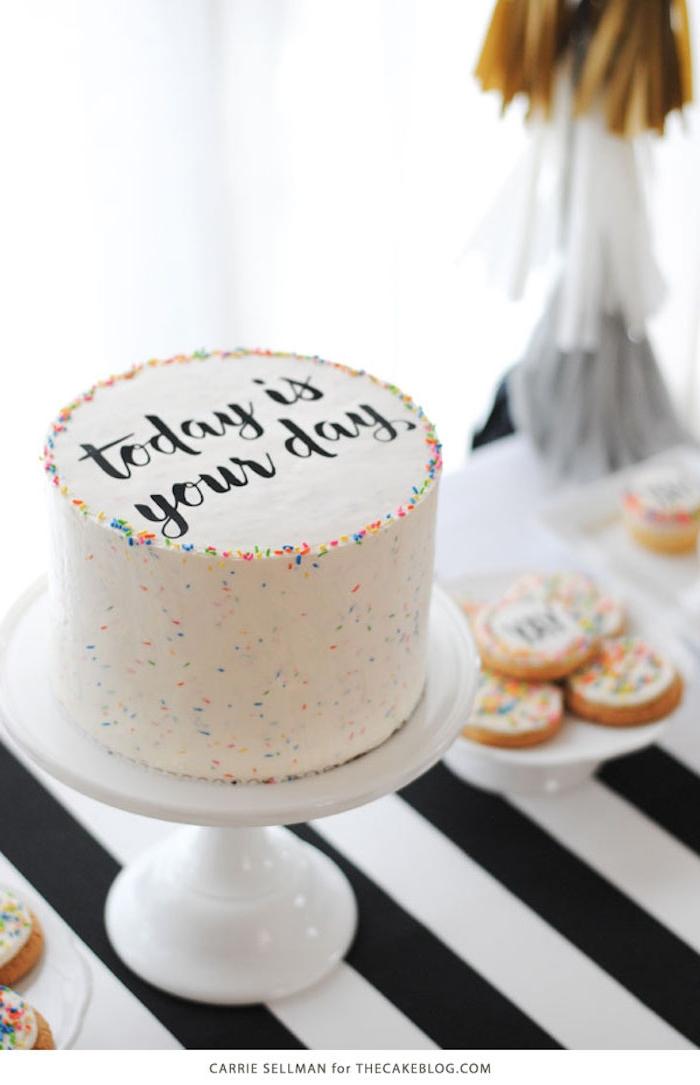 Geburtstagstorte mit Buttercreme und Zuckerstreuseln, heute ist dein tag