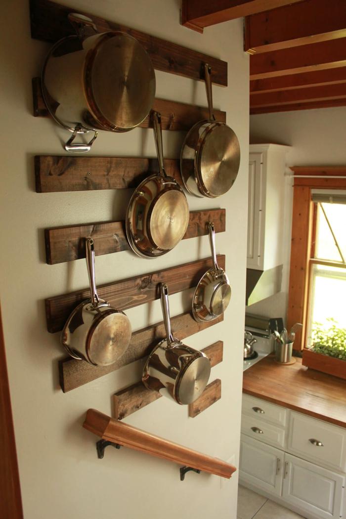 gehängte Töpfen und Pfannen, weiße Küchenwand, kleine Küche einrichten