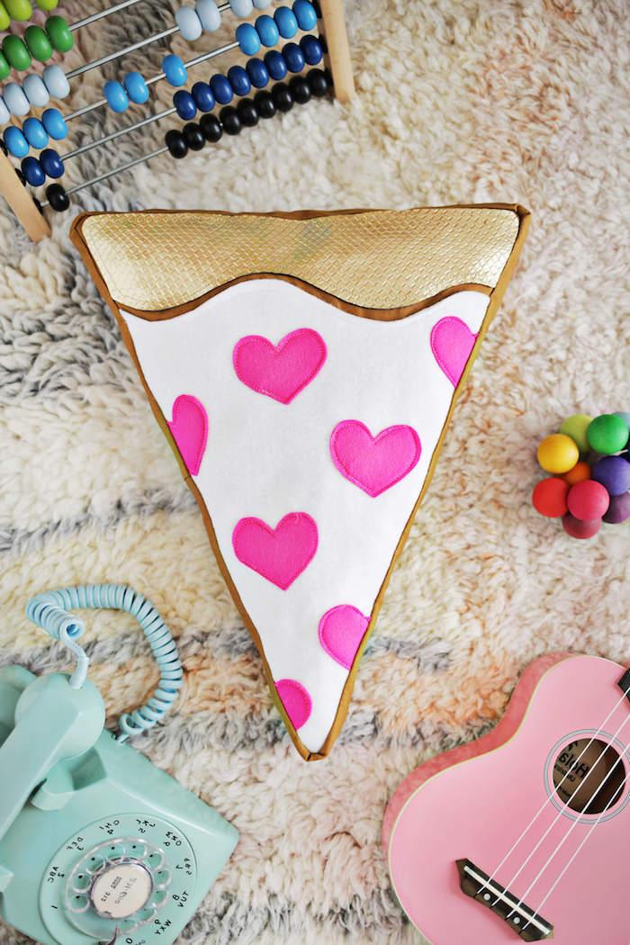 Lustige DIY Idee zum Nachmachen, Pizza Kissen mit kleinen rosa Herzen