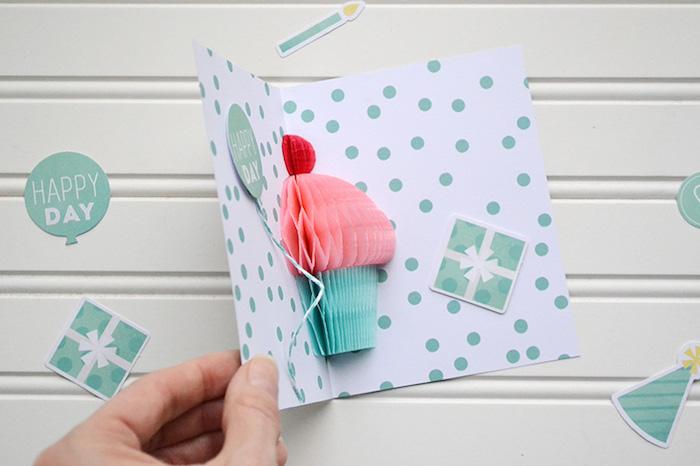 pop up karte basteln, klappkarte mit 3d dekorationen, cupcake aus krepppapier, luftballon