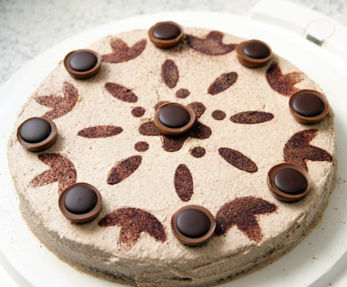 eine Torte mit Schokoladenfiguren, braune Creme und Toffifee, Toffifee Torte Rezept