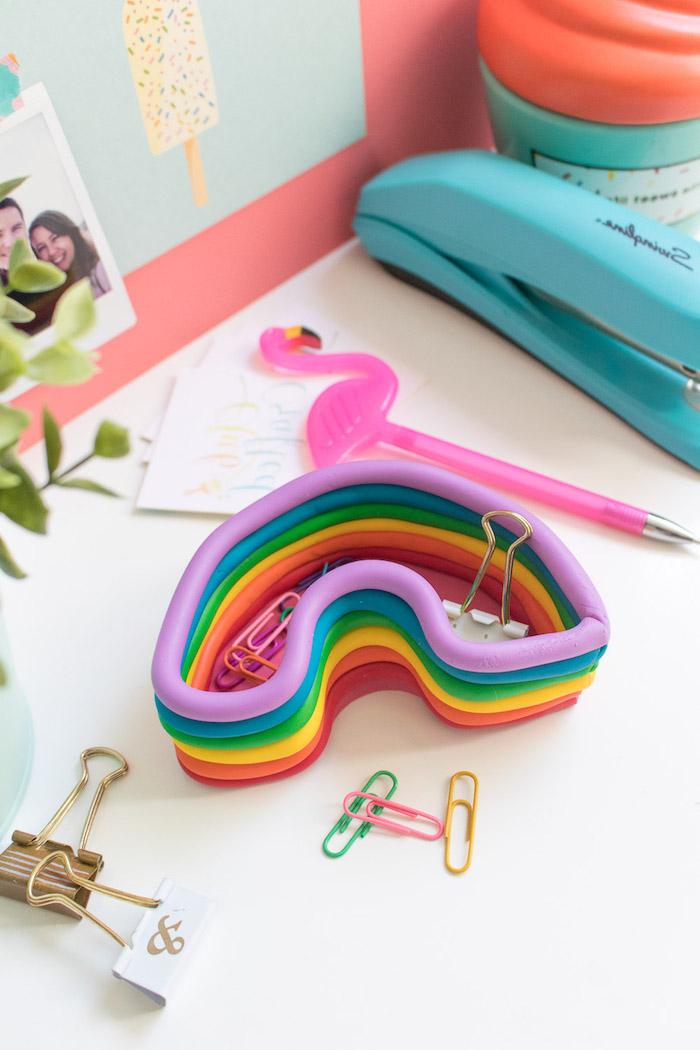 Basteln für Erwachsene, Regenbogen Organizer aus Fimo basteln, bunte Klammern, Kugelschreiber mit Flamingo