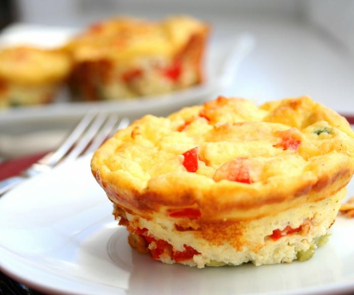 eier muffins mit paprika, gelb und rot, gesunde rezepte abendessen,