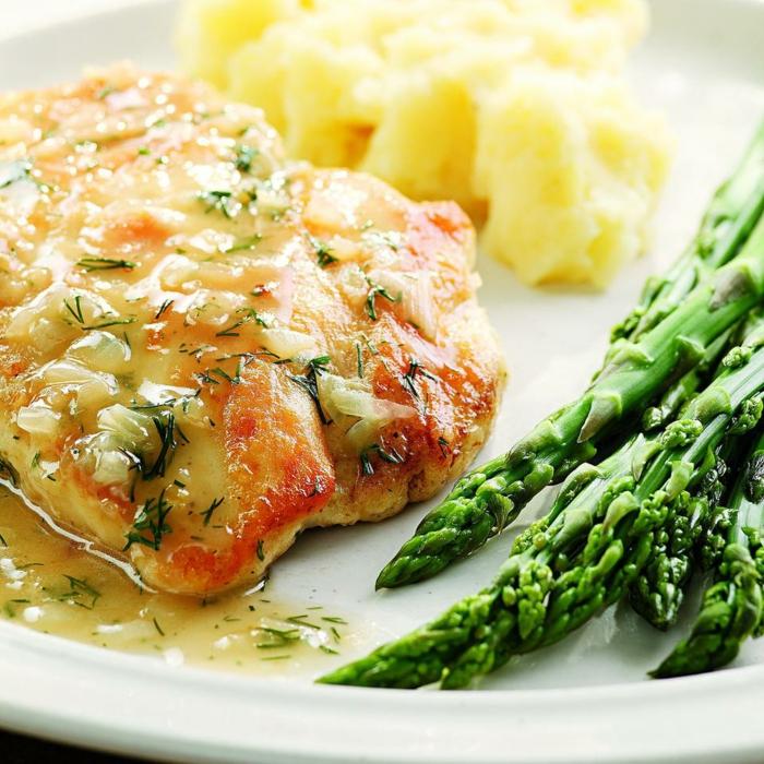 kohlenhydratarmes essen, fleisch, fisch, lachs mit spargeln und kartoffelpüree