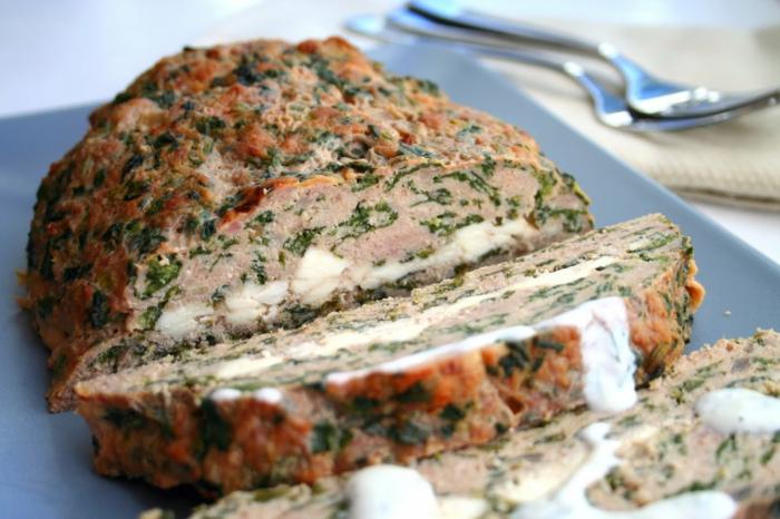 kohlenhydratarmes essen, hackfleisch gericht idee mit eier und petersilie, gemüse, gewürze